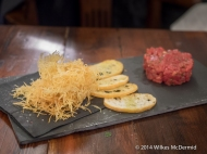 Filete tártaro (Smoked steak tartare, potato crisps)